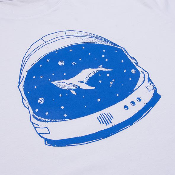 ilustración de una ballena en el espacio en color azul y serigrafiada en camiseta blanca