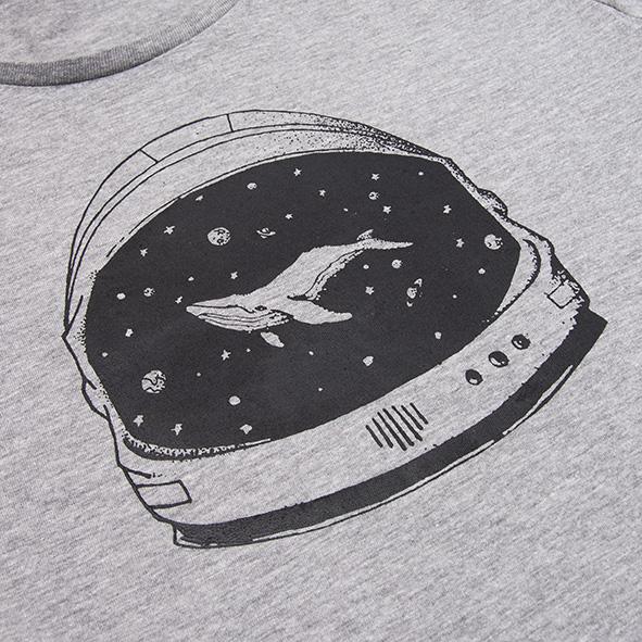 ilustración de una ballena en el espacio en color negro y serigrafiada en camiseta gris