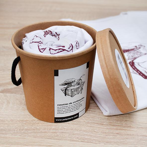 Packaging cubo de cartón reciclado y reutilizable con camiseta blanca de la tierra