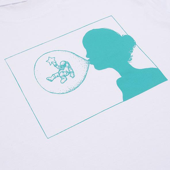 ilustración de una chica con chicle en color turquesa y serigrafiada en camiseta blanca