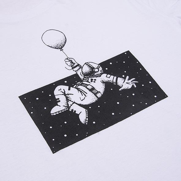 ilustración de un astronauta en el espacio en color negro, serigrafiada en camiseta blanca