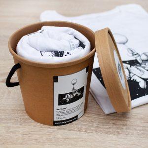 Packaging cubo de cartón reciclado y reutilizable con camiseta blanca de un astronauta en el espacio