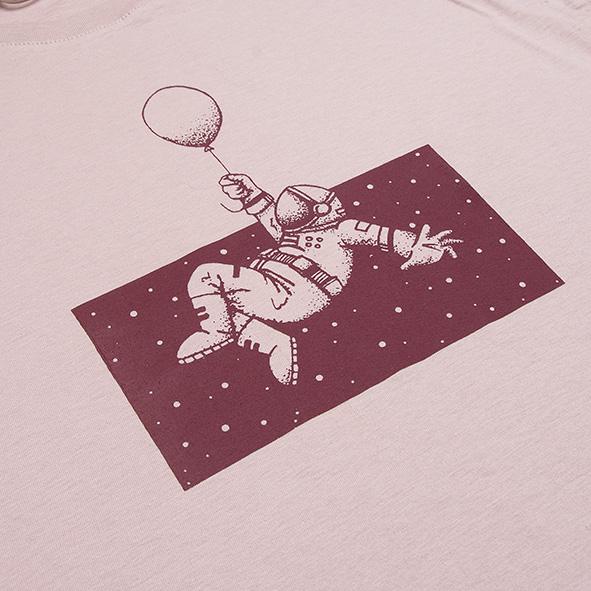 ilustración de un astronauta en el espacio en color granate, serigrafiada en camiseta rosa