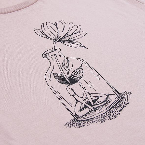 ilustración de una chica con flor en color negro y serigrafiada en camiseta rosa