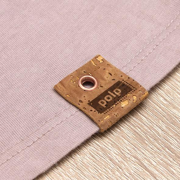 Etiqueta de la marca Polp en camiseta rosa, grabado en corcho natural