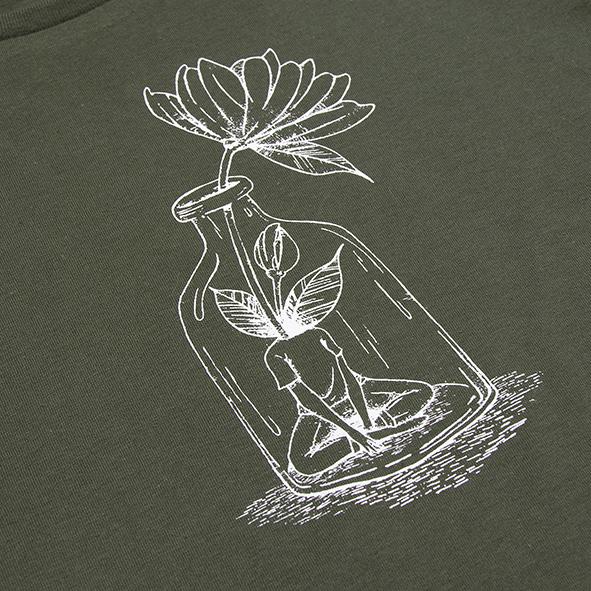 ilustración de una chica con flor en color blanco y serigrafiada en camiseta verde