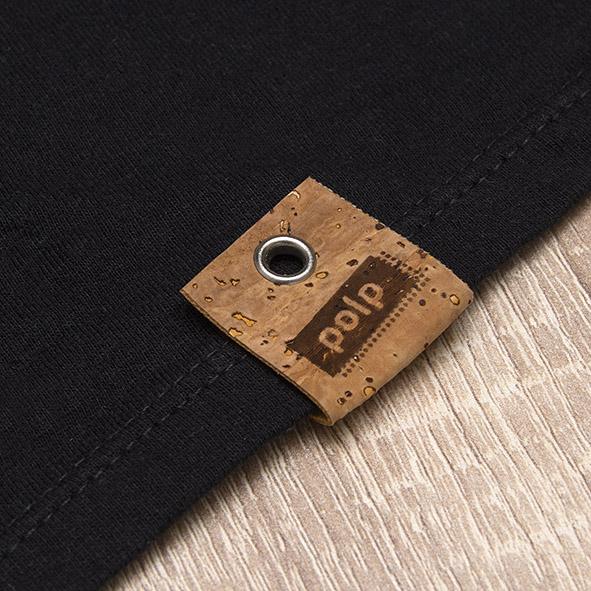 Etiqueta de la marca Polp en camiseta negra, grabado en corcho natural