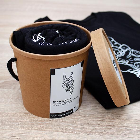 Packaging cubo de cartón reciclado y reutilizable con camiseta negra de pizza y rock