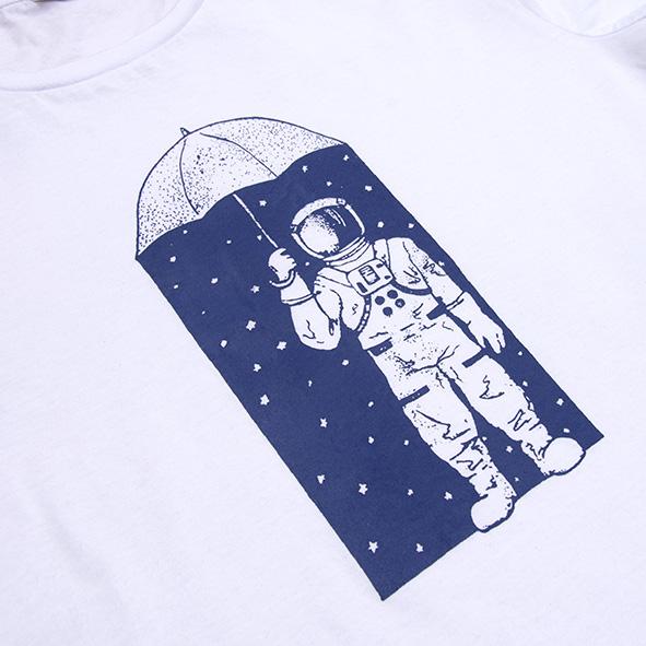 ilustración de un astronauta y estrellas en color azul y serigrafiada en camiseta blanca