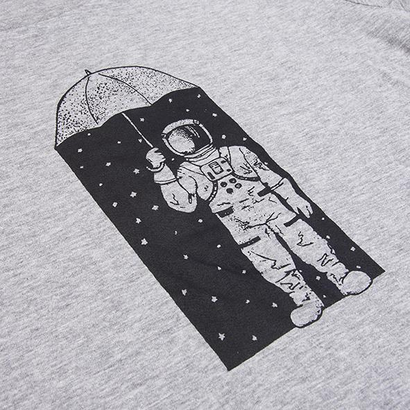 ilustración de un astronauta y estrellas en color negro y serigrafiada en camiseta gris