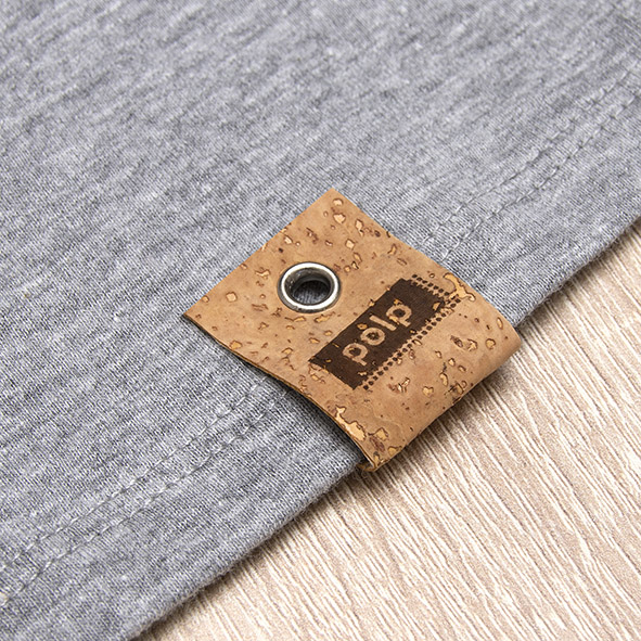 Etiqueta de la marca Polp en camiseta gris, grabado en corcho natural