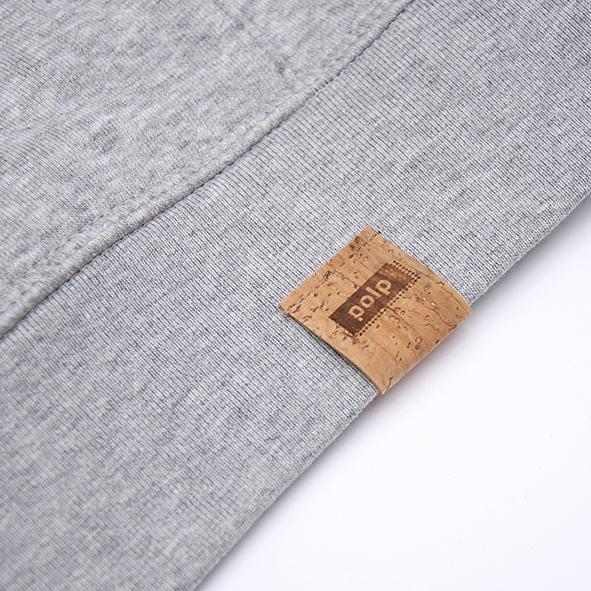 Etiqueta de la marca Polp en sudadera gris, grabado en corcho natural