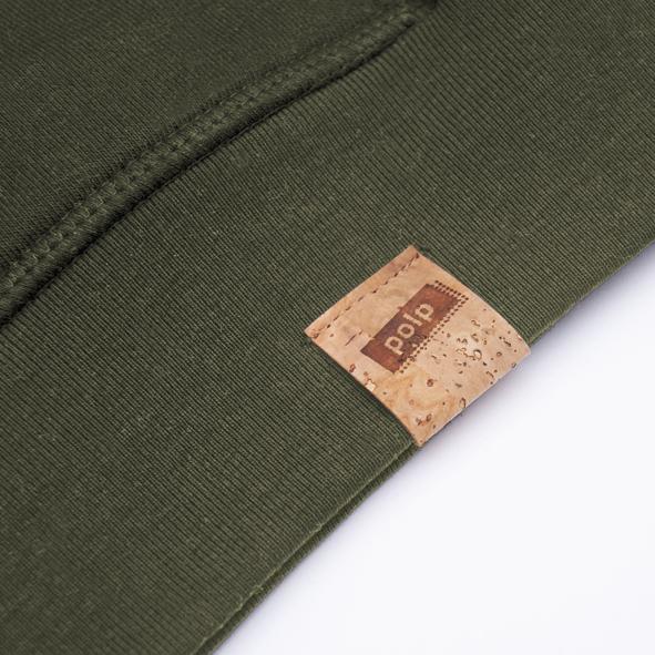 Etiqueta de la marca Polp en sudadera verde, grabado en corcho natural
