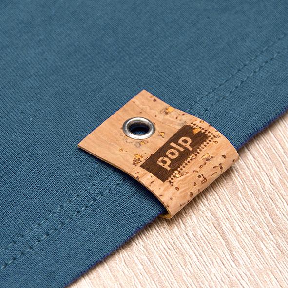 Etiqueta de la marca Polp en camiseta azul, grabado en corcho natural
