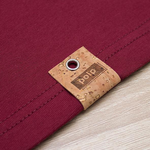 Etiqueta de la marca Polp en camiseta burgundy, grabado en corcho natural