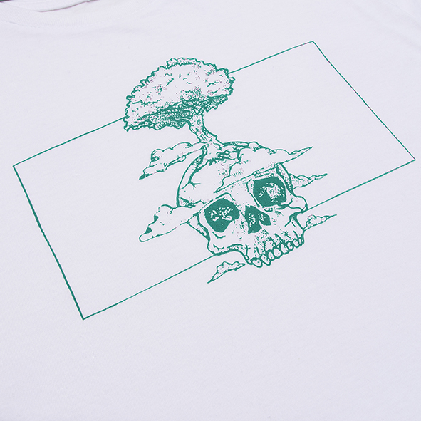 ilustración de una calavera y un árbol en color verde y serigrafiada en camiseta blanca