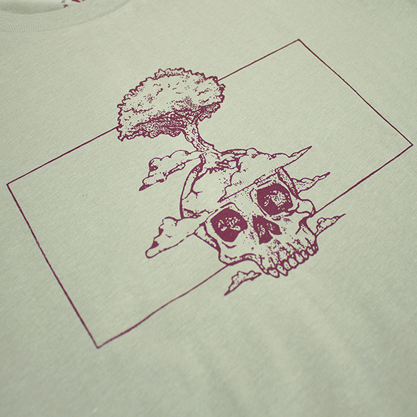 ilustración de una calavera y un árbol en color granate y serigrafiada en camiseta verde