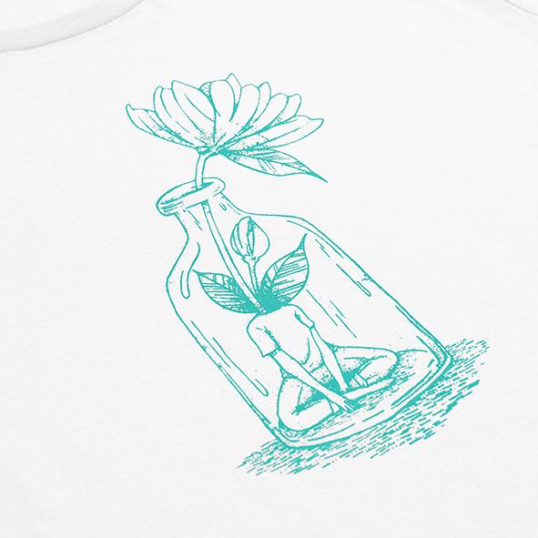 ilustración de una chica con flor en color turquesa y serigrafiada en camiseta blanca