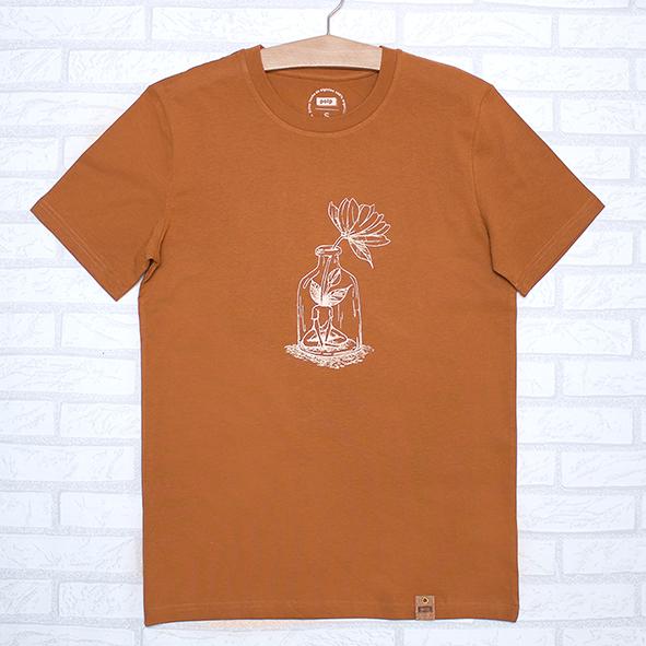 Camiseta orgánica de color teja, con ilustración de chica y flor