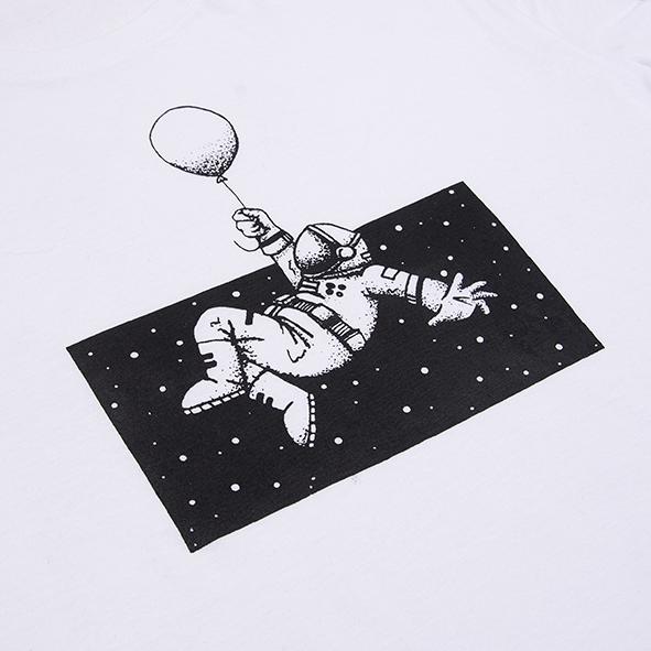 ilustración de astronauta en el espacio en color negro y serigrafiada en camiseta blanca