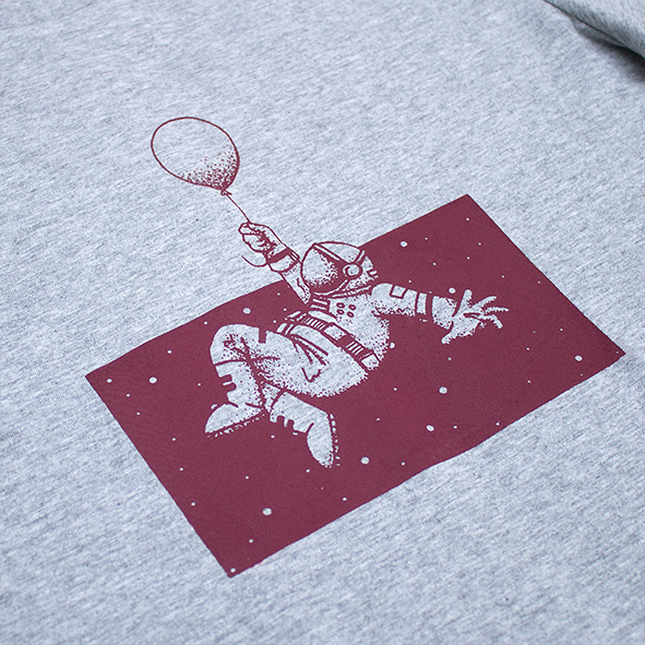 ilustración de astronauta en el espacio en color granate y serigrafiada en camiseta gris