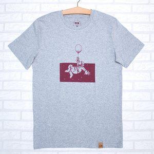 Camiseta orgánica de color gris, con ilustración de un astronauta en el espacio