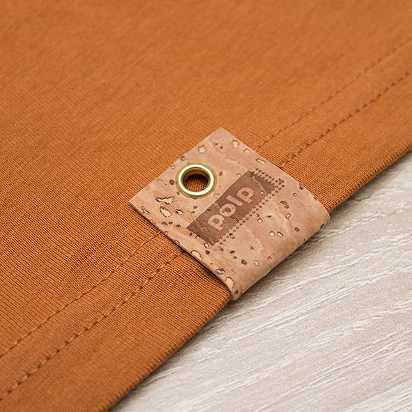Etiqueta de la marca Polp en camiseta orange, grabado en corcho natural