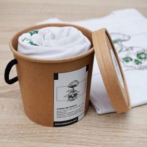 Packaging cubo de cartón reciclado y reutilizable con Camiseta blanca de calavera y árbol