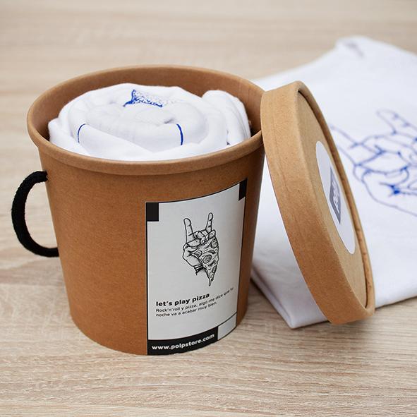 Packaging cubo de cartón reciclado y reutilizable con camiseta blanca de pizza y rock