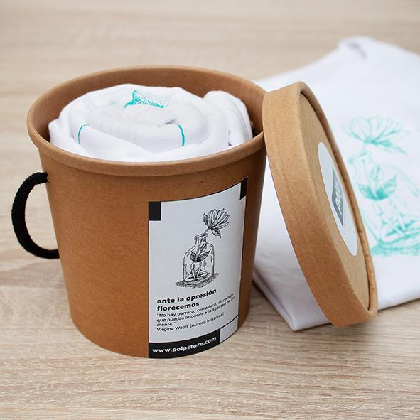 Packaging cubo de cartón reciclado y reutilizable con camiseta blanca de una chica con flor