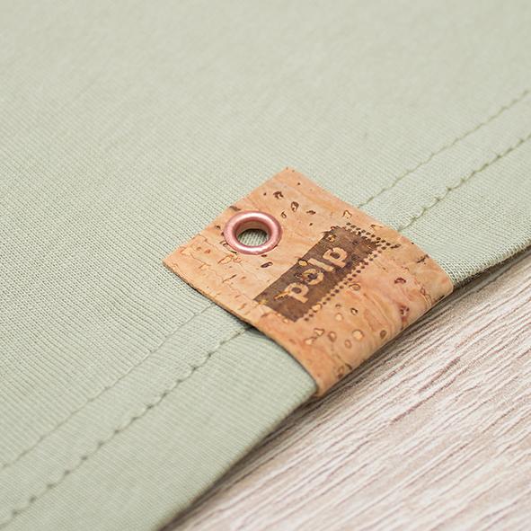 Etiqueta de la marca Polp en camiseta verde, grabado en corcho natural