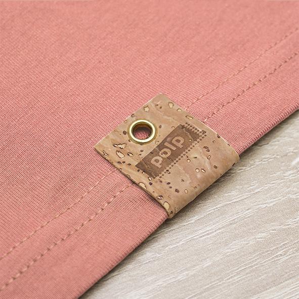 Etiqueta de la marca Polp en camiseta peach, grabado en corcho natural