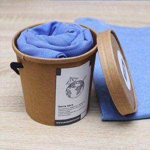 Packaging cubo de cartón reciclado y reutilizable con camiseta azul de cocktail de la tierra