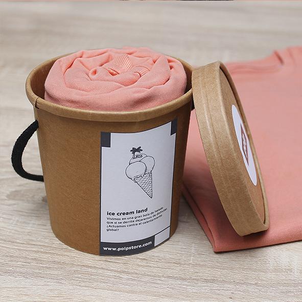 Packaging cubo de cartón reciclado y reutilizable con camiseta peach de un cucurucho de helado